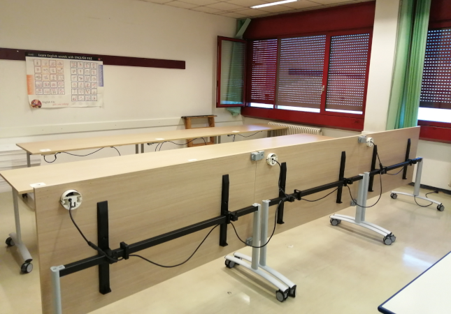 Laboratorie d'ecole avec la table plainte