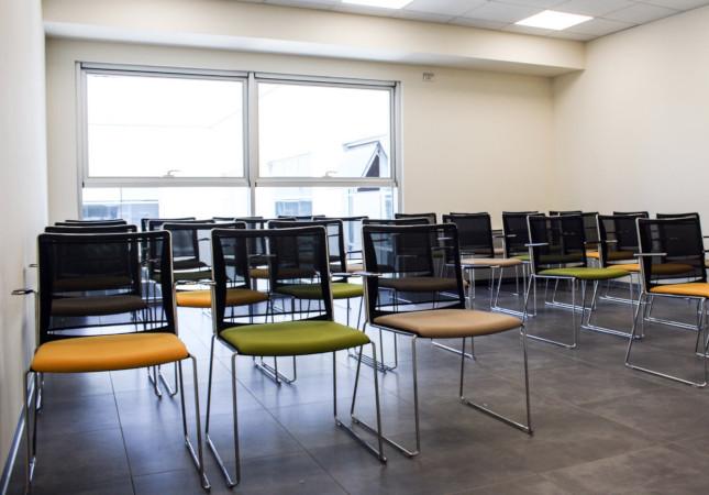 Salle de réunion avec chaises Multi Mesh