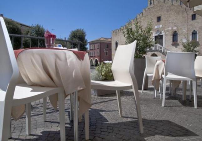 Hoth en un café de la place du centre de Portogruaro (Venise)